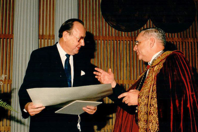 In 1992 Rector Günther Schilling (right) bestowed the title of Honorary Senator on Hans-Dietrich Genscher for his commitment to the University of Halle.