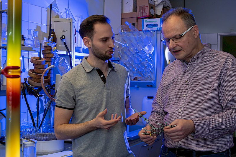 Andreas Hilgeroth (right) and Marius Seethaler study substances that combat antibiotic-resistant germs.